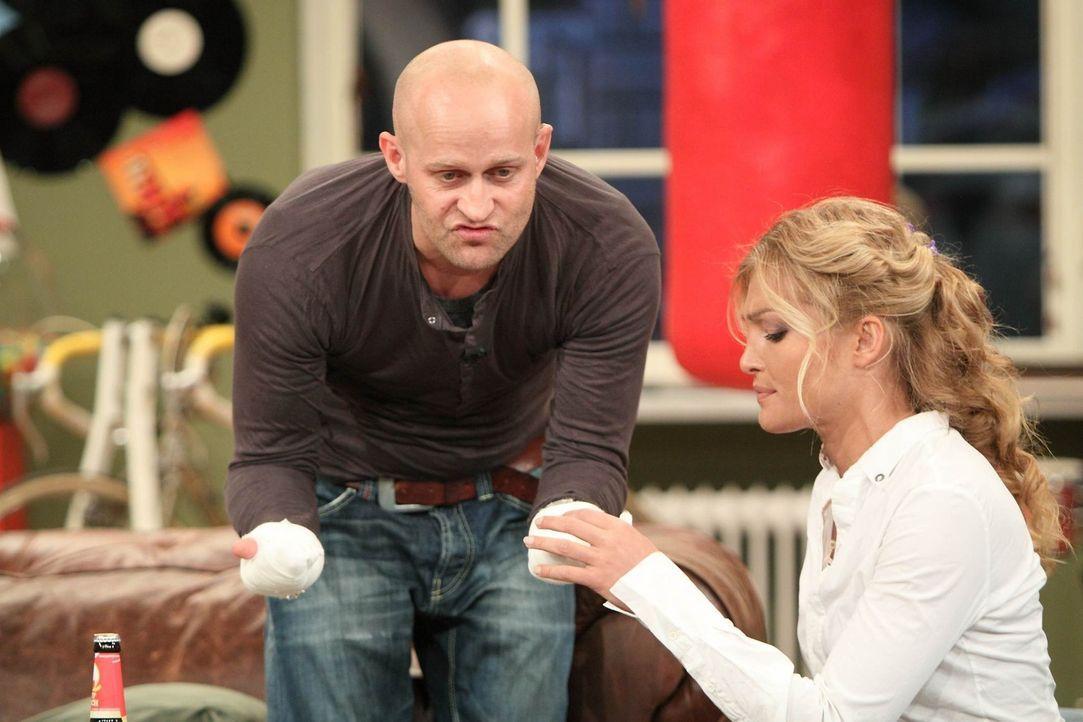 Liebevoll kümmert sich Tanja (r.) um den schwer gehandicapten Jürgen (l.) ... - Bildquelle: Frank Hempel SAT.1
