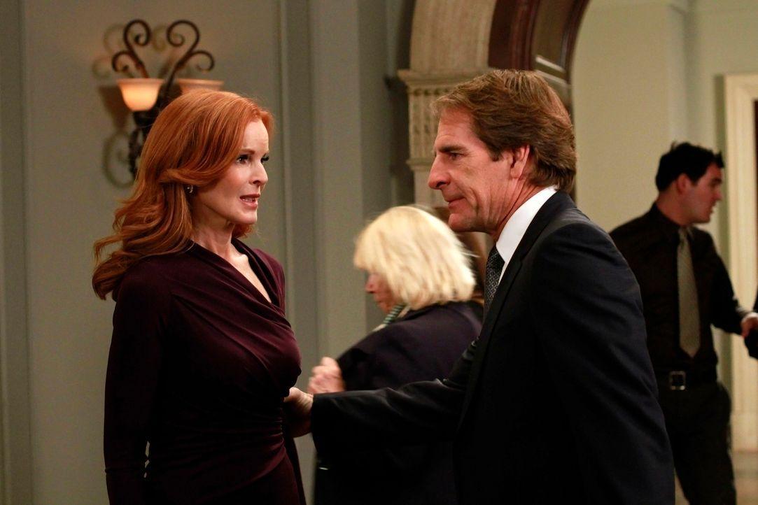 Trip (Scott Bakula, r.) fleht Bree (Marcia Cross, l.) an, ihm endlich die Wahrheit darüber zu erzählen, was in der Nacht von Alejandros Tod passiert... - Bildquelle: ABC Studios