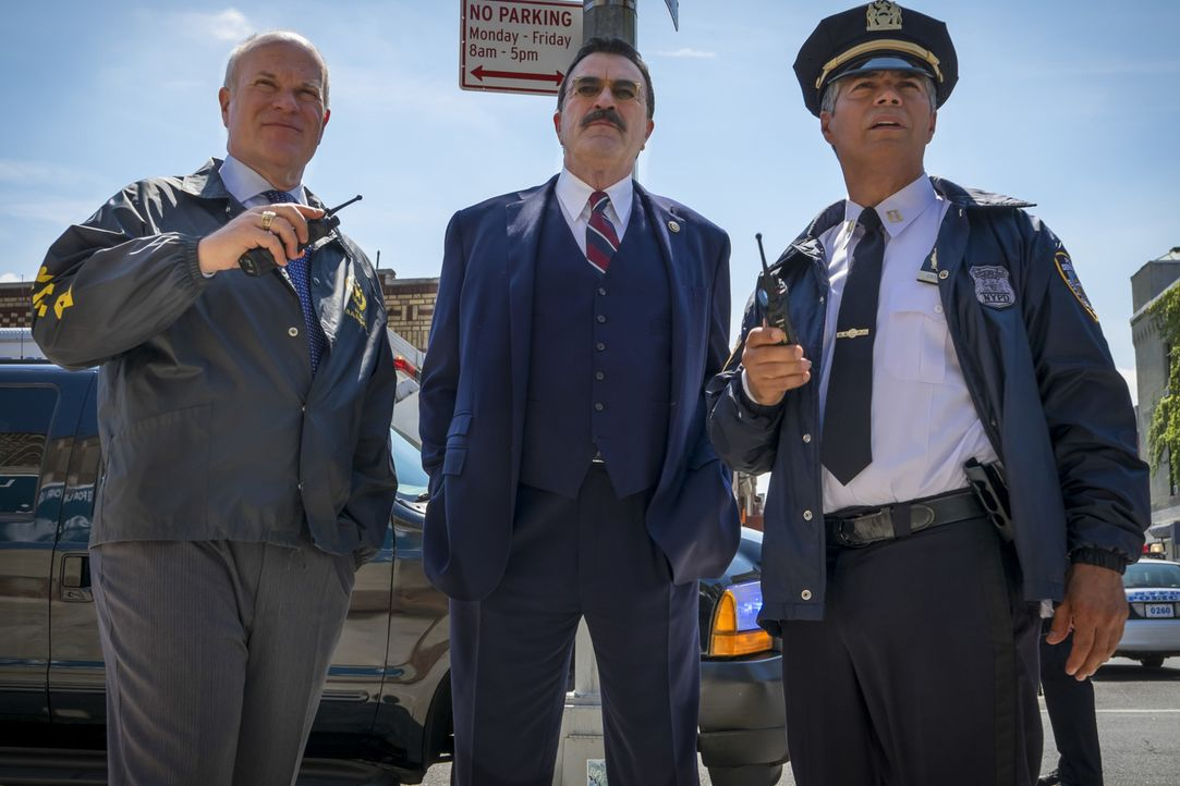 Ein schwerer Schlag für NYPD-Chef Frank Reagan (Tom Selleck, M.): Falsche Zeit, falscher Ort ... - Bildquelle: Jeff Neumann 2016 CBS Broadcasting Inc. All Rights Reserved