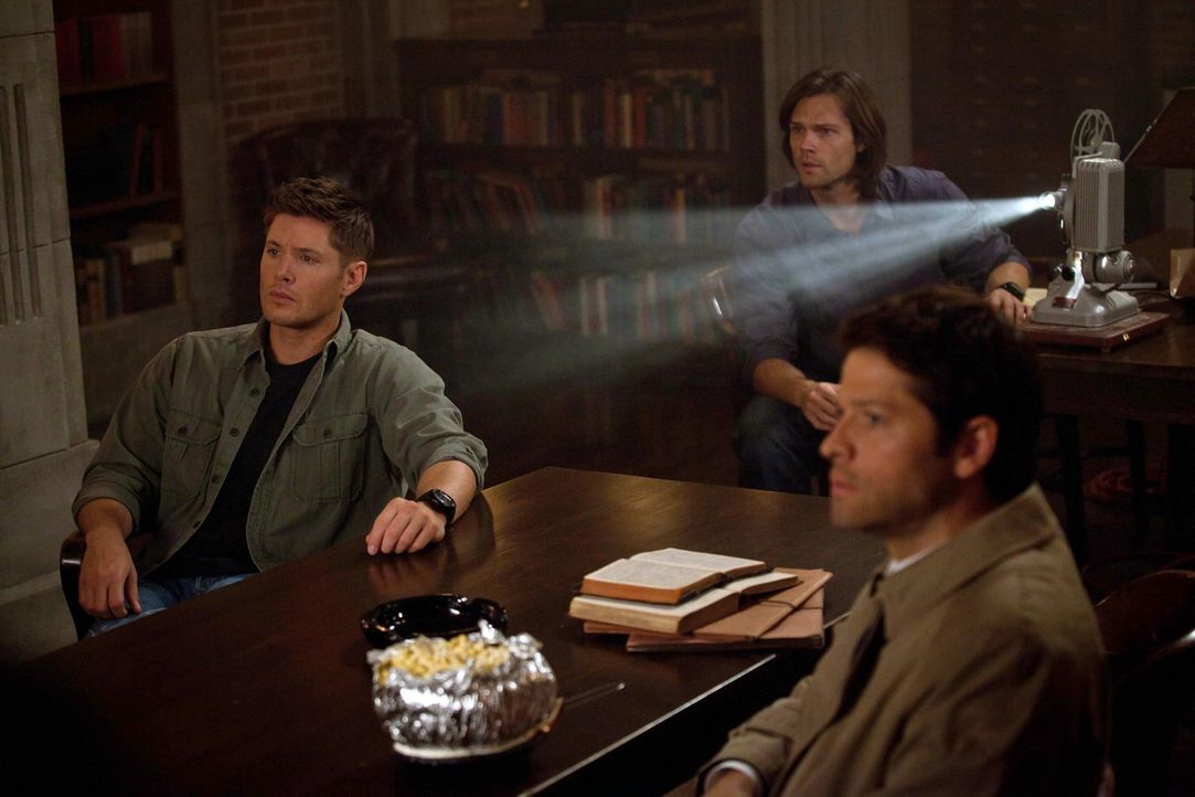 """Wird ein alter Film der """"Männer der Schriften"""" Dean (Jensen Ackles, l.), Sam (Jared Padalecki, M.) und Cas (Misha Colins, r.) Aufschluss darüber geb... - Bildquelle: Warner Bros. Television"""