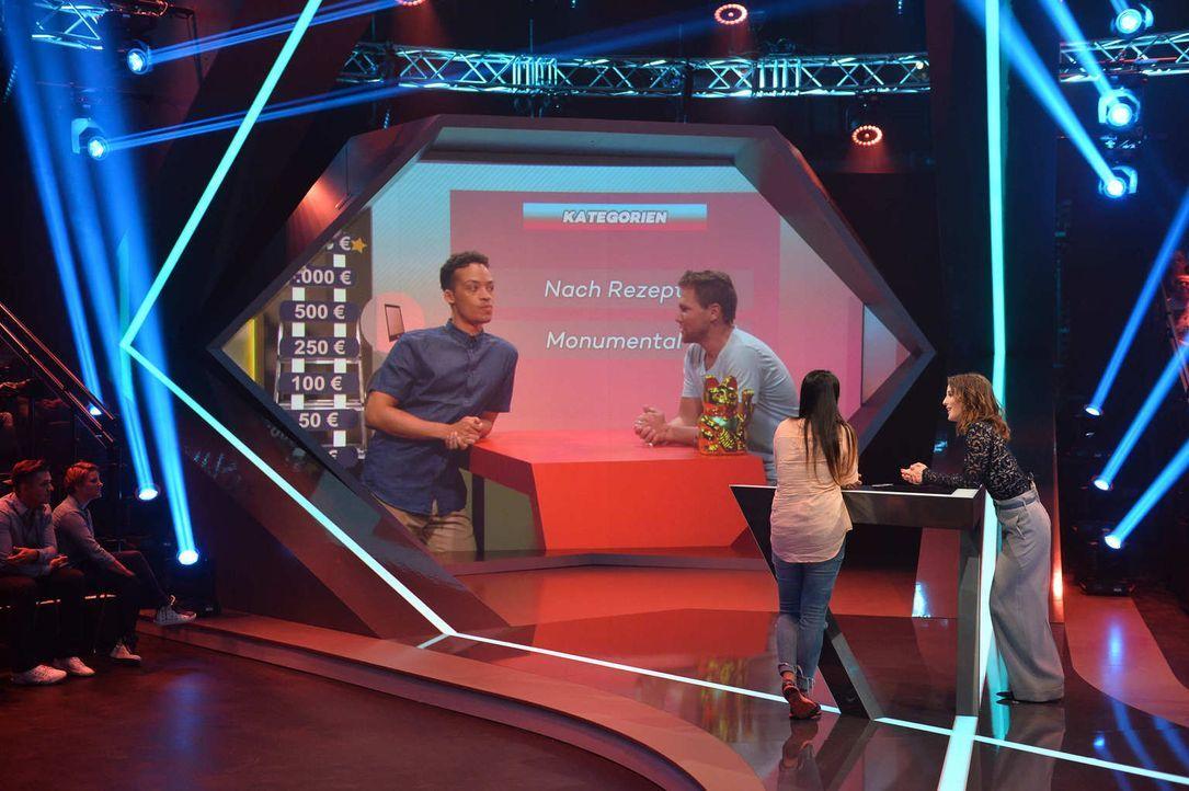 """No risk, no fun! Jeannine Michaelsen (r.) und Aurel Mertz (l.) führen ihr Kandidatenpaar Saskia (2.v.r.) und Tobias (2.v.l.) bei """"Risky Quiz"""" hinter... - Bildquelle: Willi Weber ProSieben"""