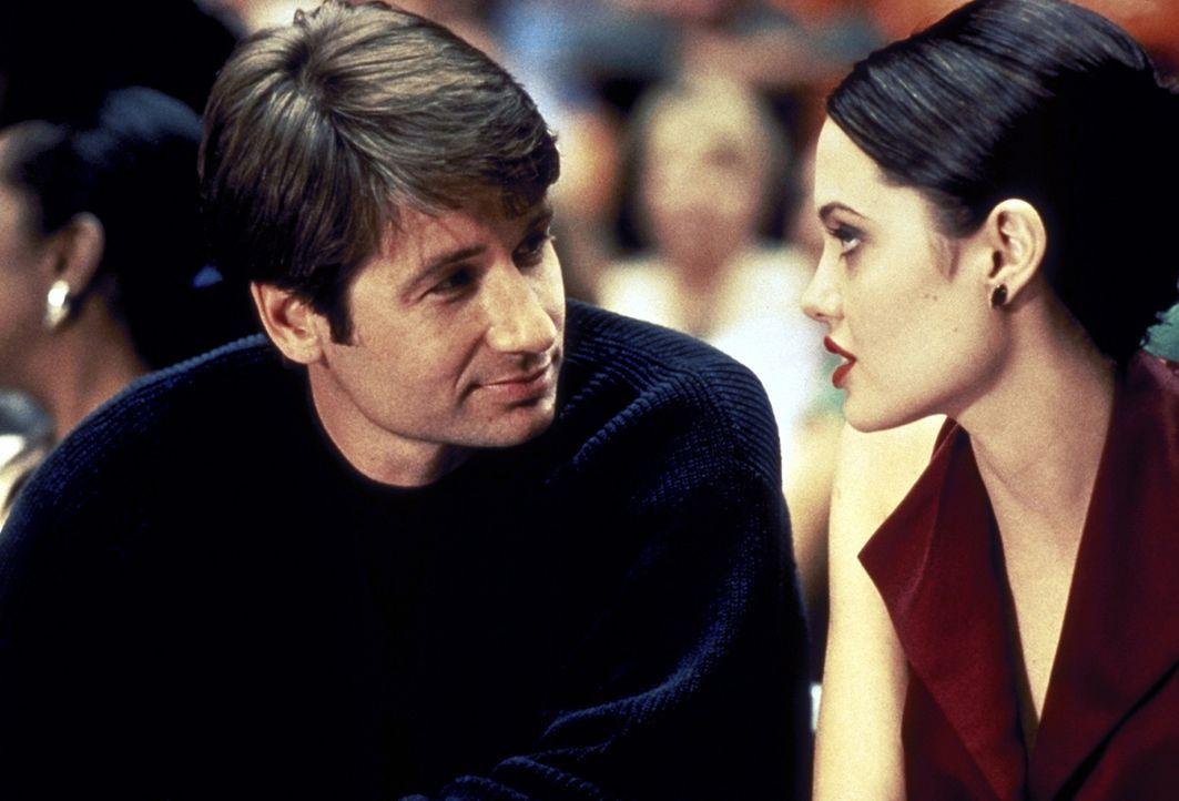 Als sich Gangsterbraut Claire (Angelina Jolie, r.) und Eugene (David Duchovny, l.) näher kommen, sieht das einer gar nicht gerne: Claires Freund Ra... - Bildquelle: Buena Vista Pictures