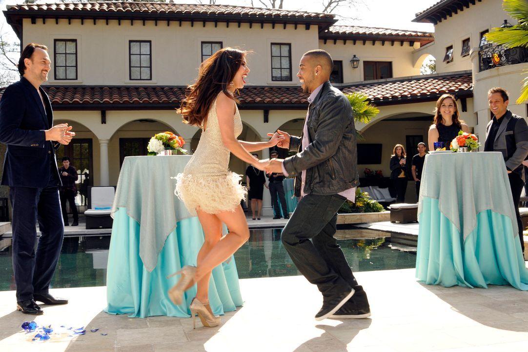 Carmen (Roselyn Sanchez, 2.v.l.) genießt die Party mit Benny Soto (Carlos Leal, l.) und Bobby D. (Brad James, M.). Doch Odessa weiß dies zu zerstöre... - Bildquelle: ABC Studios