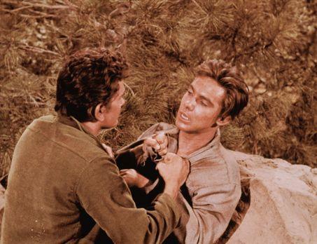 Bonanza - Little Joe (Michael Landon) überrascht nachts an seinem Lager einen...