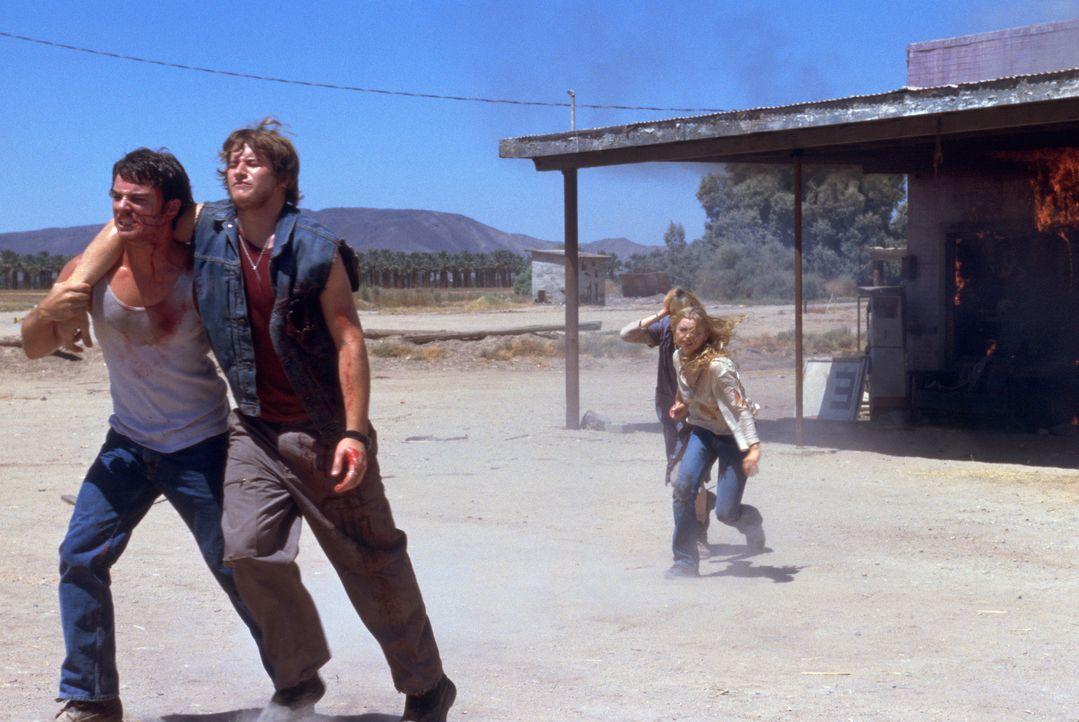 Die Fahrt zur Hochzeit seiner Schwester wächst sich zu einem totalen Albtraum aus, als Sean (Kerr Smith, l.) die Anhalter Nick (Brendan Fehr, 2.v.l... - Bildquelle: 2003 Sony Pictures Television International. All Rights Reserved.