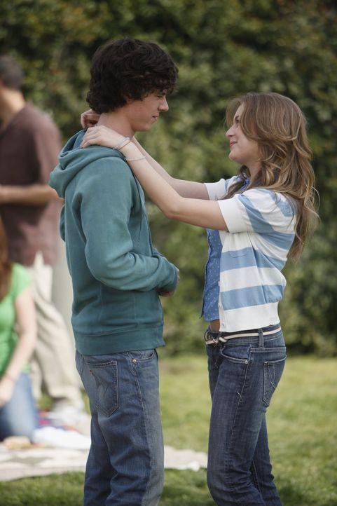 Axl (Charlie McDermott, l.) ist plötzlich wieder mit der herrischen Cheerleaderin Morgan (Alexa Vega, l.) zusammen. Ob sie ihm wieder Vorschriften ü... - Bildquelle: Warner Brothers