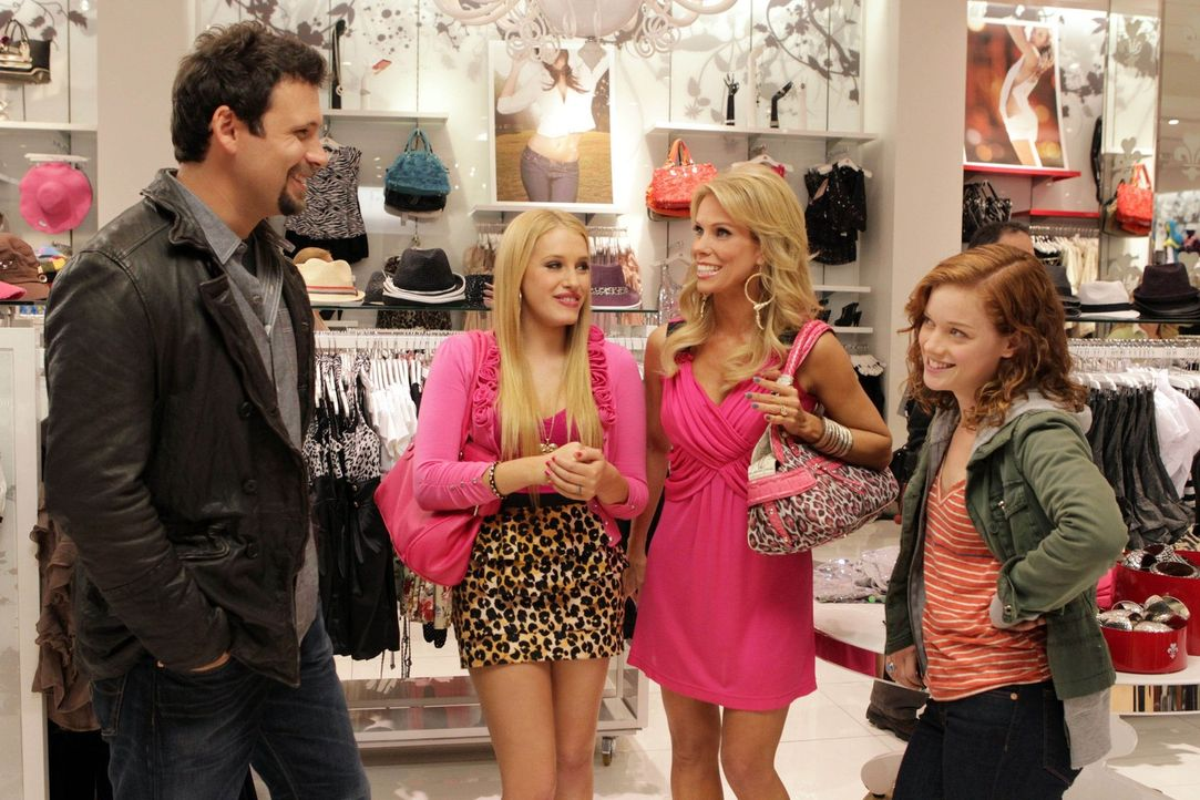 Eine gemeinsame Shoppingtour soll den neuen Nachbarn den Einstand erleichtern: George (Jeremy Sisto, l.), Dalia (Carly Chaikin, 2.v.l.), Dallas (Che... - Bildquelle: Warner Bros. Television