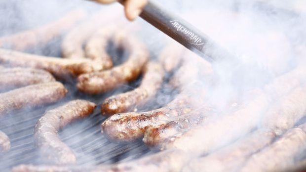 Rauch beim Grillen auf dem Holzkohlegrill