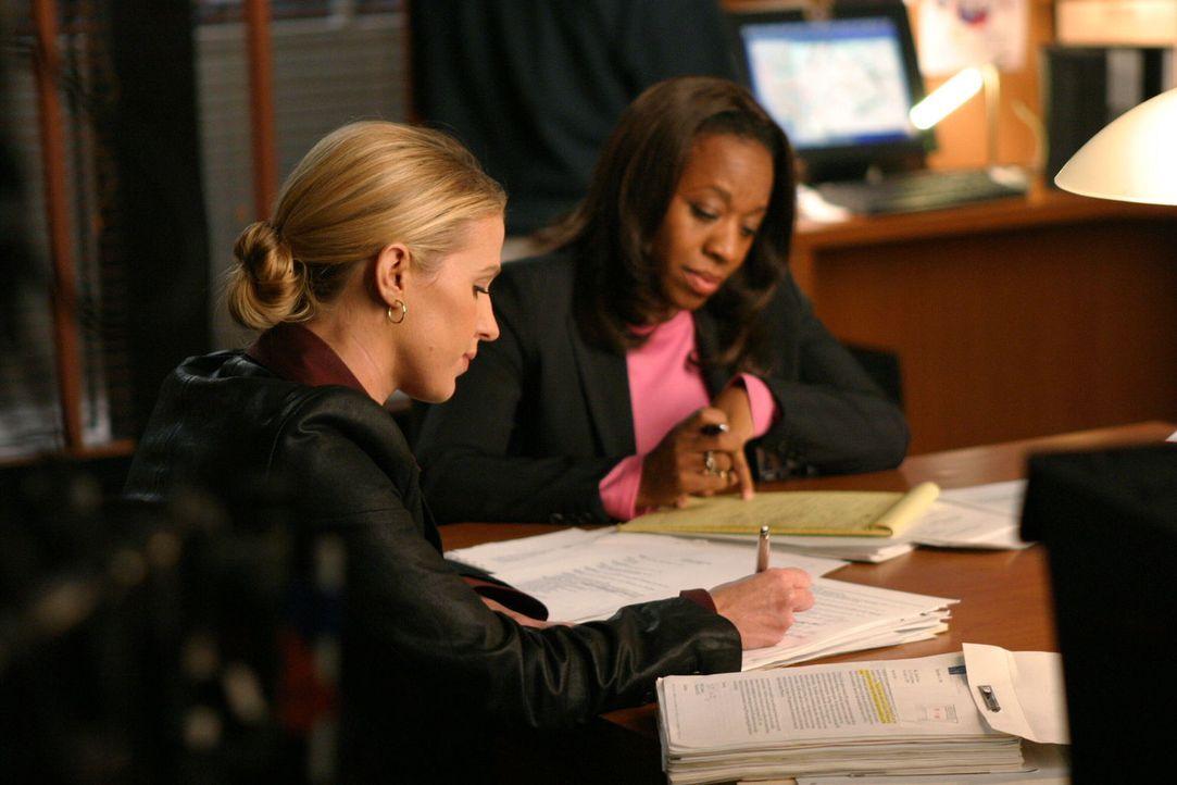 Samantha Spade (Poppy Montgomery, l.) und ihre Kollegin Vivian Johnson (Marianne Jean-Baptiste, r.) erkennen, dass das Opfer schon einen Monat vor i... - Bildquelle: Warner Bros. Entertainment Inc.