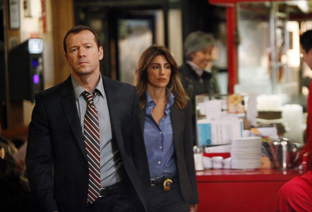 Jackie (Jennifer Esposito, r.) und Danny (Donnie Wahlberg, l.) müssen erkennen, dass die Ermittlungen in Chinatown besonders schwierig sind, weil ka... - Bildquelle: 2010 CBS Broadcasting Inc. All Rights Reserved