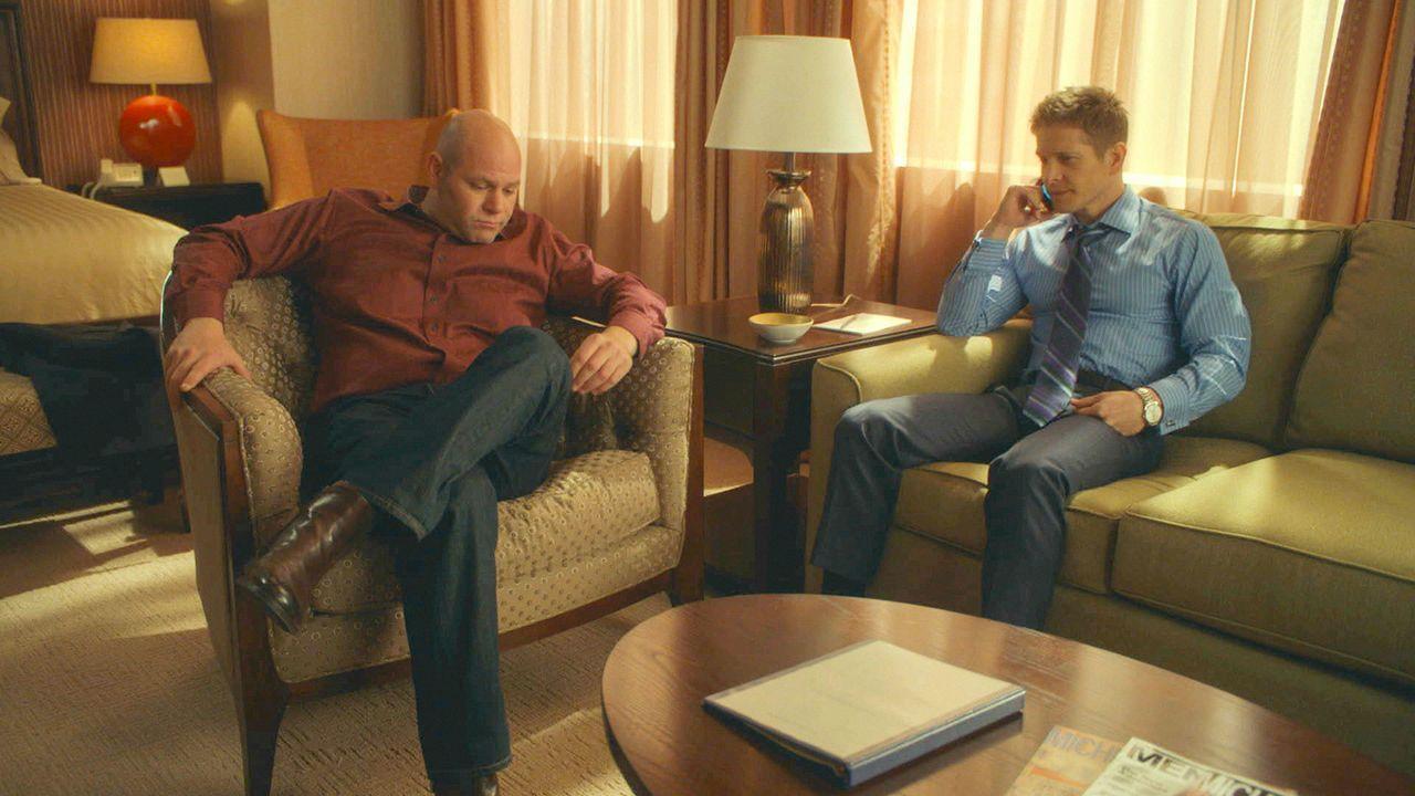 """Während Cary (Matt Czuchry, l.) Bill (Domenick Lombardozzi, l.), einen """"Knast-Trainer"""", aufsucht, der ihm dabei helfen soll, sich auf das Gefängnis... - Bildquelle: 2014 CBS Broadcasting Inc. All Rights Reserved."""
