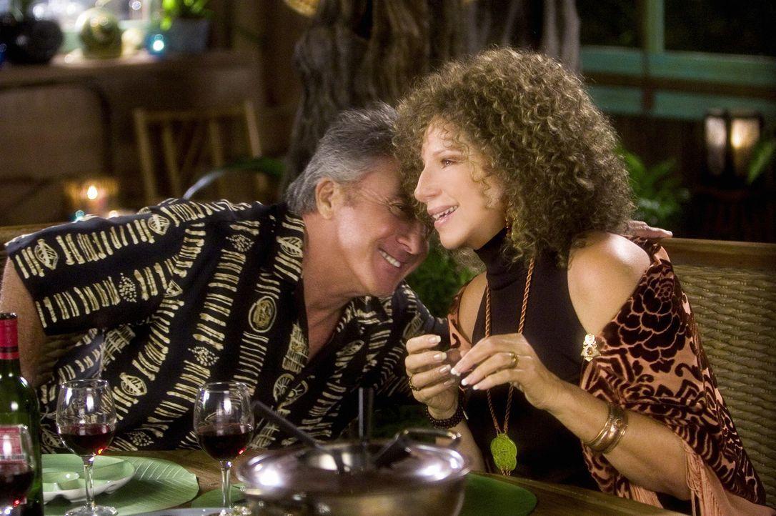 Ein Treffen zwischen Schwiegereltern und Eltern ist schon schwer genug, aber dann hält sich Vater Bernie (Dustin Hoffman, l.) nicht einmal mit inti... - Bildquelle: DreamWorks SKG