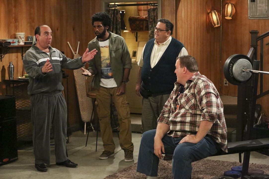 Genießen ein echtes Männer-Wochenende: Vince (Louis Mustillo, l.), Samuel (Nyambi Nyambi, 2.v.l.), Harry (David Anthony Higgins, 2.v.r.) und Mike (B... - Bildquelle: Warner Brothers
