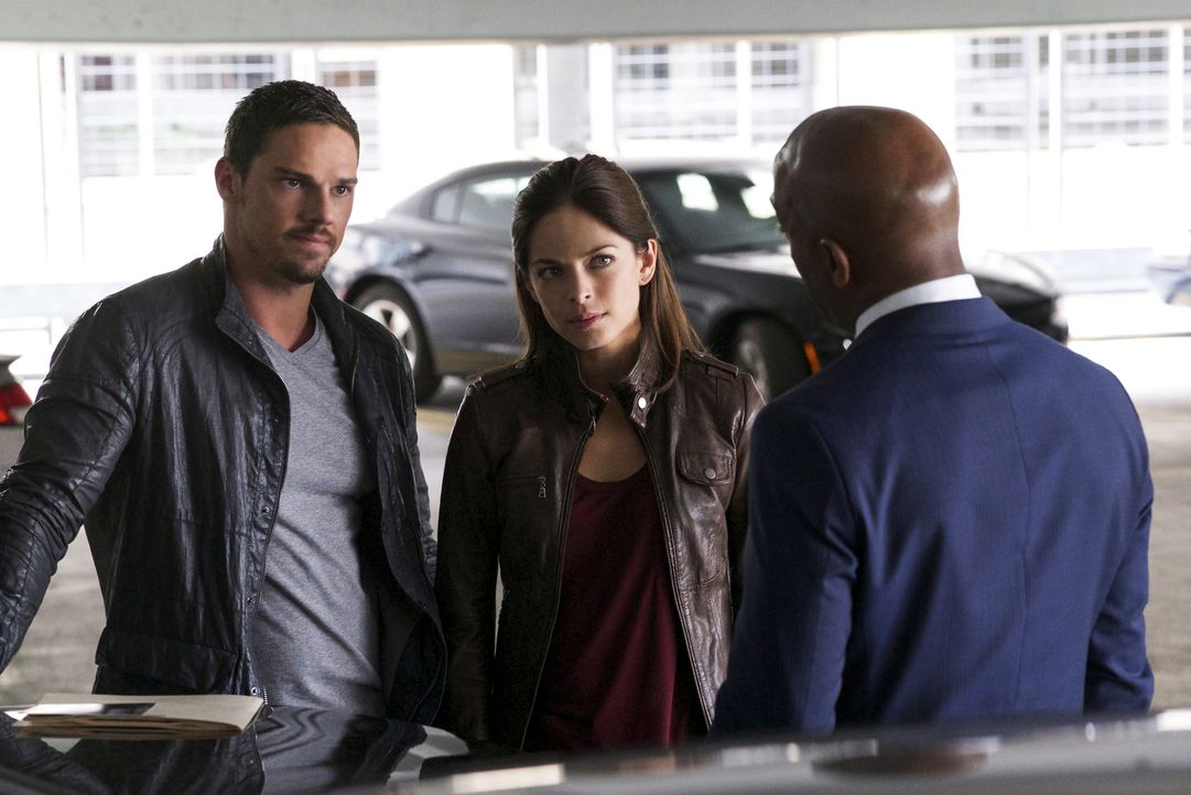 Als Cat (Kristin Kreuk, M.) und Vincent (Jay Ryan, l.) von Hill (Andrew Stewart-Jones, r.) erfahren, dass möglicherweise Vincents ehemaliger Vorgese... - Bildquelle: Michael Gibson 2016 The CW Network. All Rights Reserved.
