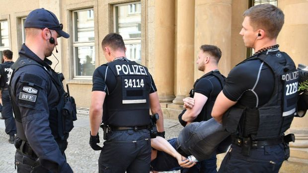 "Polizei schleppt ""ID""-Kasperlkopf weg"