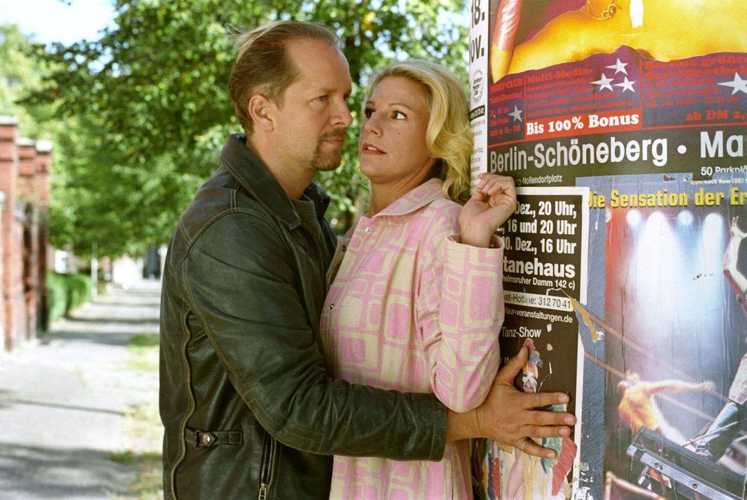 Während ihrer Ermittlungsarbeiten kommen sich Sophie (Sophie Schütt, r.) und Jo (Jochen Horst, l.) nicht nur arbeitsbedingt näher ... - Bildquelle: Noreen Flynn Sat.1