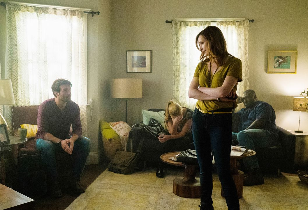 Nach Mitchs Fast-Verrat will Jamie (Kristen Connolly, 2.v.r.) Hilfe bei einem befreundeten Journalisten suchen. Während Chloe (Nora Arnezeder, 2.v.l... - Bildquelle: Cook Allender 2015 CBS Broadcasting Inc. All Rights Reserved.