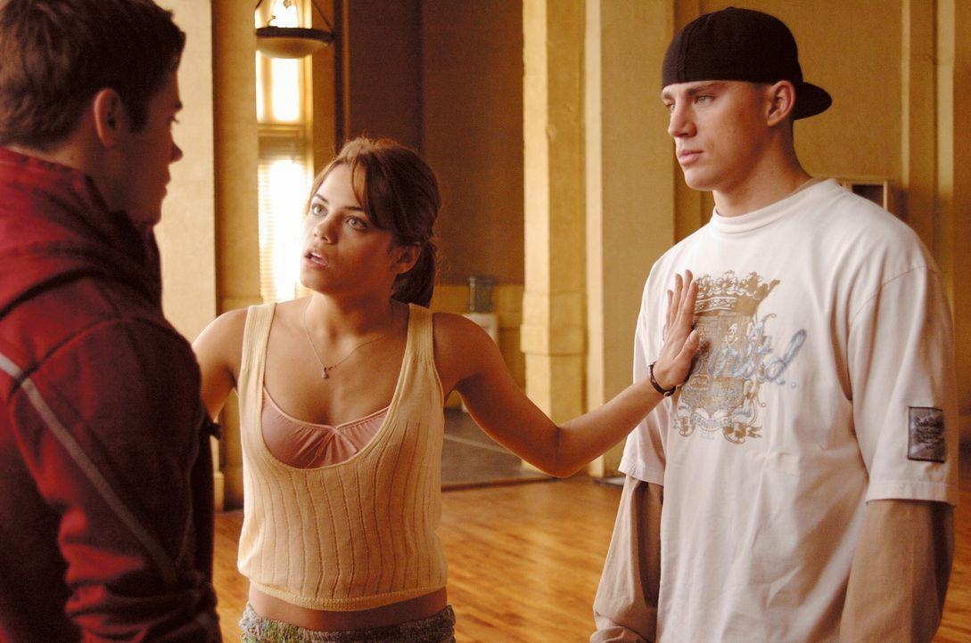 Zunächst muss Nora (Jenna Dewan, M.) immer wieder Streitereien zwischen Tyler (Channing Tatum, r.) und Mitschülern schlichten. Doch dann besinnt s... - Bildquelle: Constantin Film