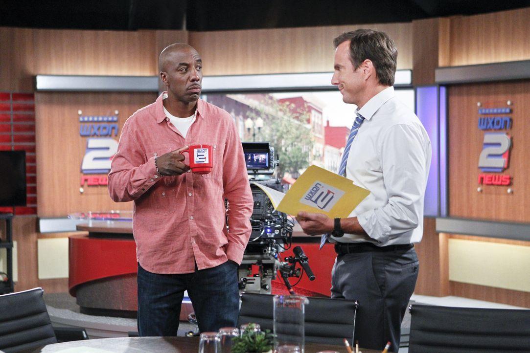 Ray (J.B. Smoove, l.) ist der Meinung, dass Nathan (Will Arnett, r.) professionelle Hilfe benötigt. Er glaubt, den Richtigen dafür zu kennen ... - Bildquelle: 2013 CBS Broadcasting, Inc. All Rights Reserved.
