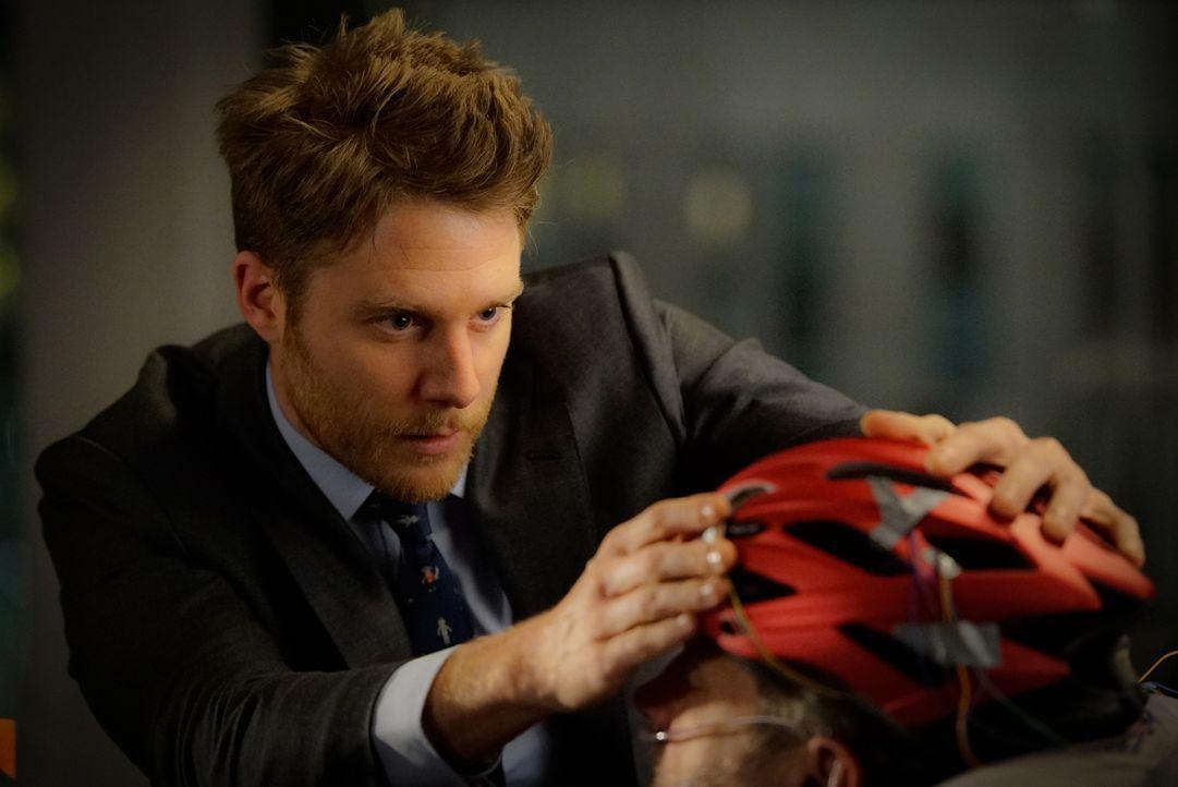 Mit Hilfe von NZT hat Brian (Jake McDorman, l.) einen Helm entwickelt, um mit Huston (Brian Mannain, r.) zu kommunizieren. Doch wird dies wirklich k... - Bildquelle: David M. Russell 2016 CBS Broadcasting, Inc. All Rights Reserved