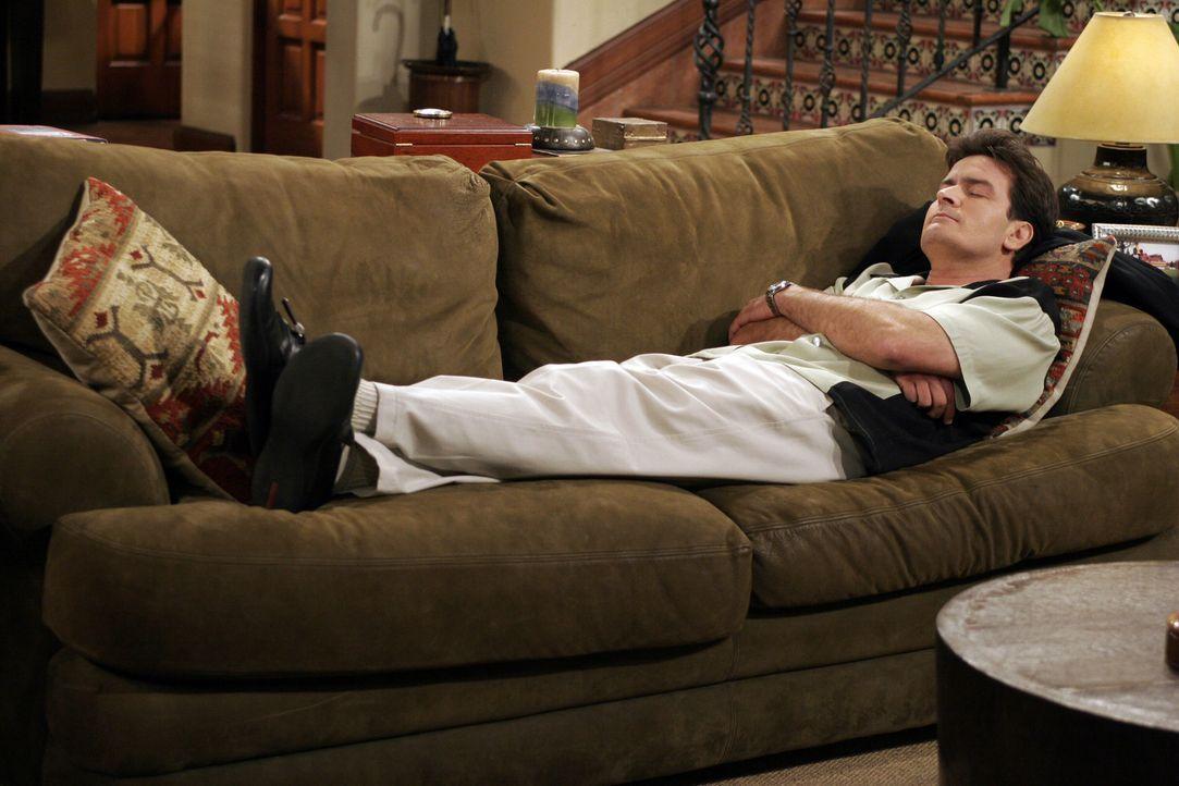Auf Charlie (Charlie Sheen) ist nicht immer Verlass ... - Bildquelle: Warner Bros. Television