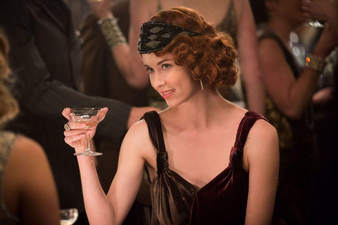Damals war Genevieve (Elyse Levesque) noch eine schüchterne junge Hexe ... - Bildquelle: Warner Bros. Television