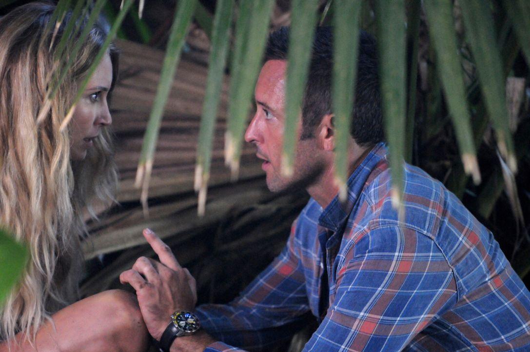 Steve (Alex O'Loughlin, r.) lädt Lynn (Sarah Carter, l.), eine attraktive Psychologin, zu einem Tauchausflug ein. Doch die Harmonie des ersten Dates... - Bildquelle: Norman Shapiro 2015 CBS Broadcasting, Inc. All Rights Reserved