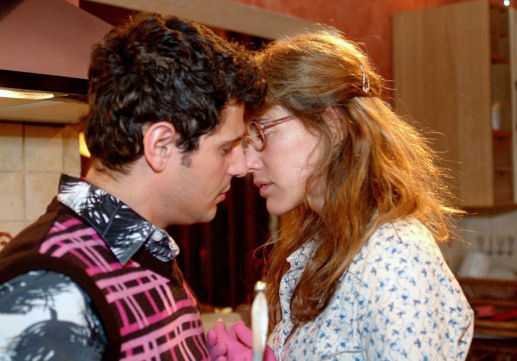 Lisa (Alexandra Neldel, r.) und Rokko (Manuel Cortez, l.) kommen sich gefährlich nahe ... (Dieses Foto von Alexandra Neldel darf nur in Zusammenhang... - Bildquelle: Monika Schürle Sat.1