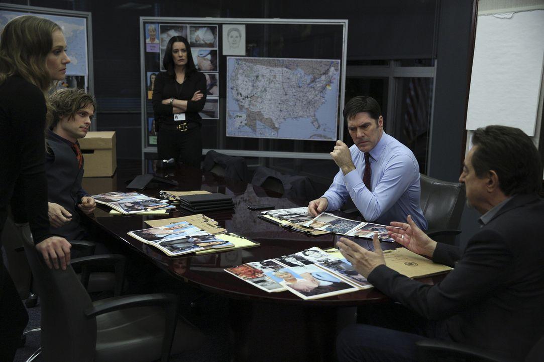 Prentiss (Paget Brewster, M.), die inzwischen für Interpol arbeitet, wendet sich an Hotch (Thomas Gibson, 2.v.r.), Rossi (Joe Mantegna, r.) Reid (Ma... - Bildquelle: Cliff Lipson ABC Studios