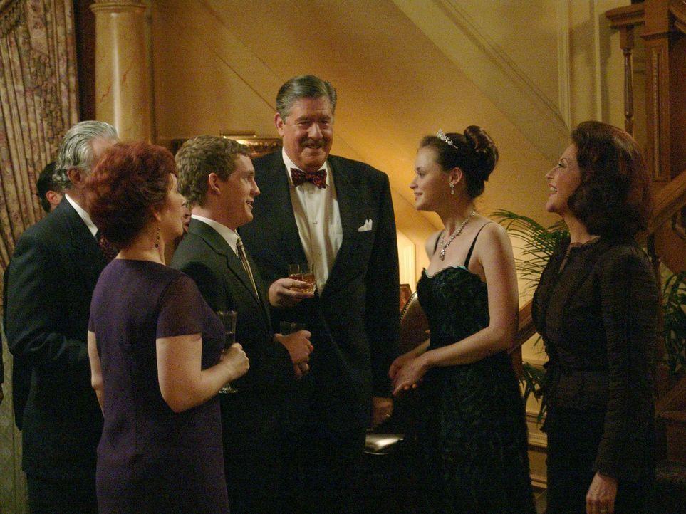 Zwischen Dean und Rory (Alexis Bledel, 2.v.r.) kriselt es ganz schön und dann kippen auch noch ihre Großeltern Emily (Kelly Bishop, r.) und Richard... - Bildquelle: 2004 Warner Bros.