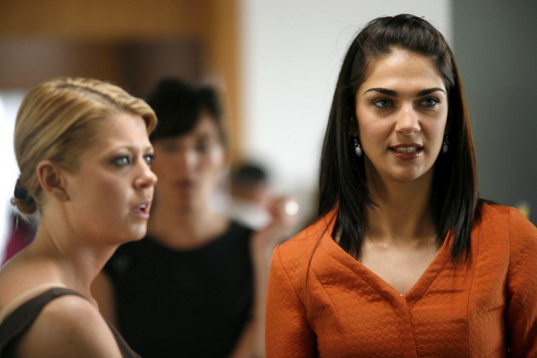 Kann Julia (Tara Reid, l.) der attraktiven Eva (Lorena Bernal, r.) vertrauen? - Bildquelle: Sony 2007 CPT Holdings, Inc.  All Rights Reserved.