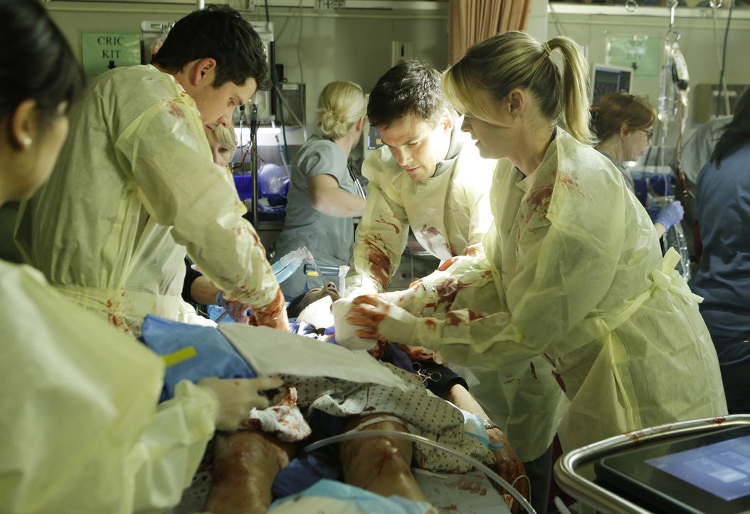 Zwei Kolleginnen wurden von einem Patienten lebensgefährlich verletzt. Mario (Benjamin Hollingsworth, l.), Mike (Tommy Dewey, 2.v.r.) und Christa (B... - Bildquelle: Sonja Flemming 2016 ABC Studios. All rights reserved.