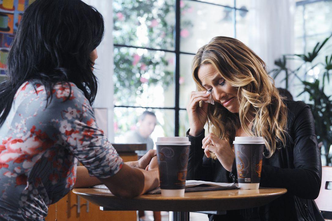 Jules (Courteney Cox, l.) und Sara (Sheryl Crow, r.) lernen sich kennen und verstehen sich auf Anhieb prächtig ... - Bildquelle: 2009 ABC INC.