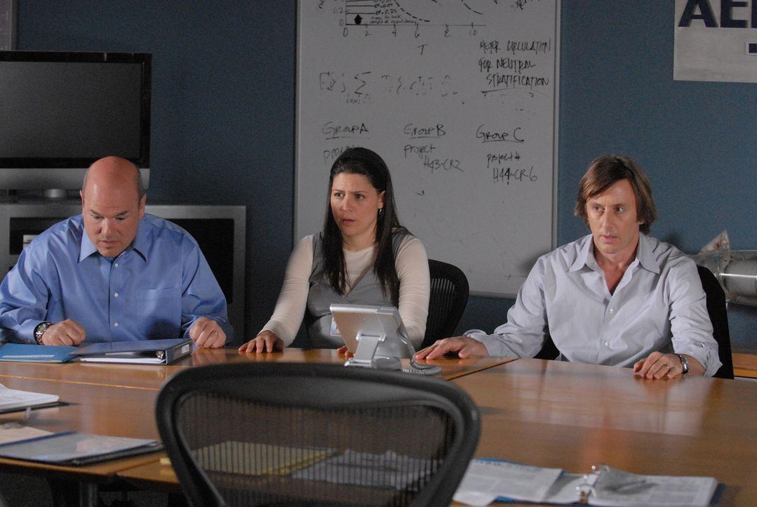 Dylan (Larry Miller, l.), Melinda (Katie Kreisler, M.) und Joe (Jake Weber, r.) sitzen im monatlichen Projektleiter-Meeting, als der bewaffnete Bruc... - Bildquelle: Paramount Network Television
