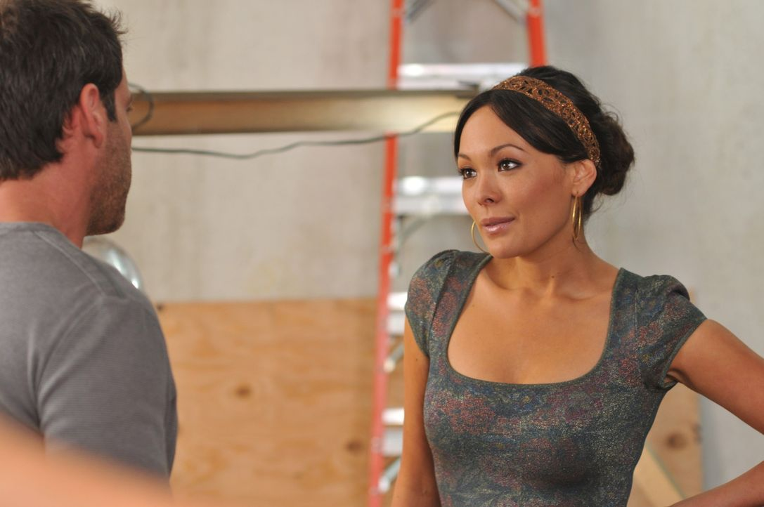 Bei Victory (Lindsay Price, r.) geht's heiß her: In erster Linie zwischen ihr und dem Handwerker Rodrigo (Carlos Ponce, l.), wenn da nur nicht ihr E... - Bildquelle: NBC, Inc.