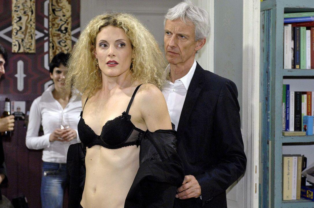 Robert (Mathieu Carrière, r.) organisiert einen Überraschungsabend für Maja (Barbara Lanz, M.), die jedoch annimmt, dass es sich dabei um ein intime... - Bildquelle: Oliver Ziebe Sat.1