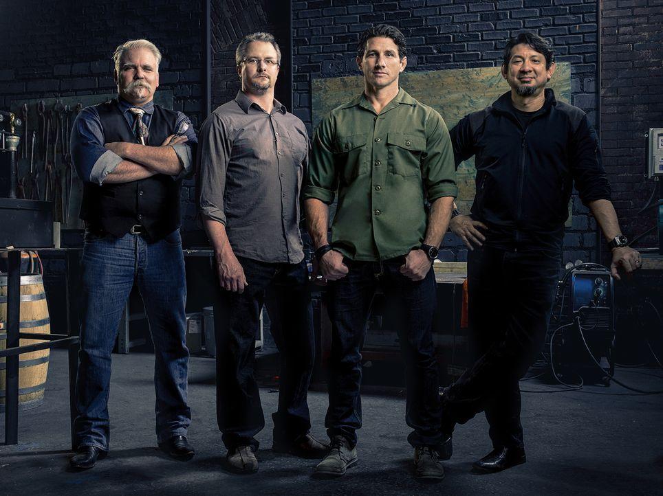"""Bei """"Forged in Fire"""" stellen vier professionelle Waffenschmiede ihr Können auf die Probe. Die Expertenjury David Baker (l.), J. Neilson (2.v.l.) und... - Bildquelle: A&E Television Networks"""