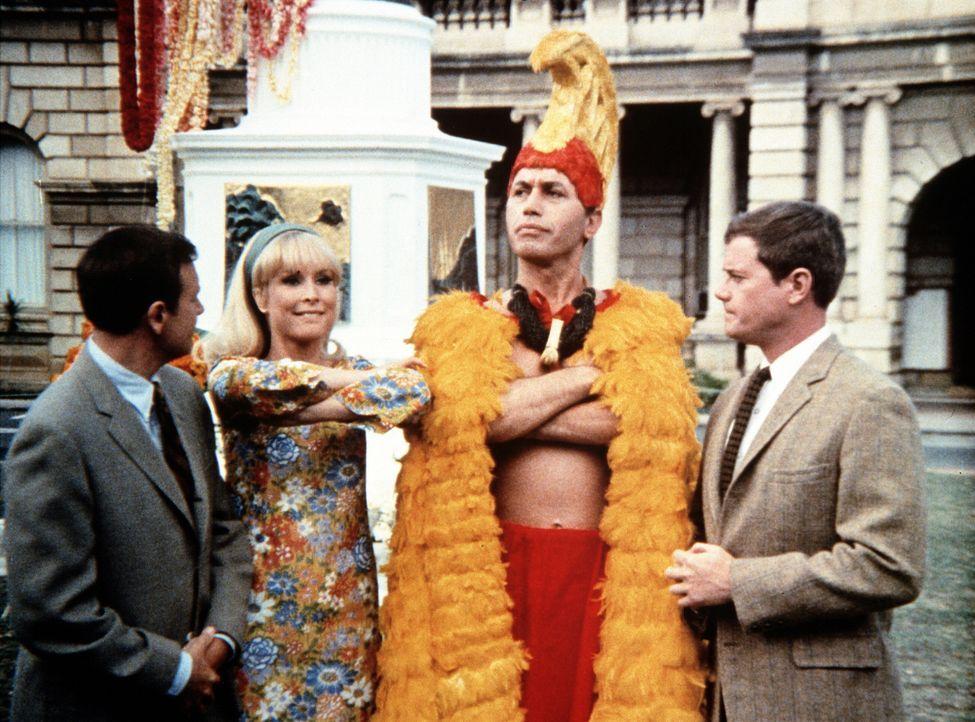 Tony (Larry Hagman, r.) und Roger (Bill Daily, l.) sind froh, dass sich König Kamehameha (Michael Ansara, 2.v.r.) mit der modernen Welt ausgesöhnt h... - Bildquelle: Columbia Pictures