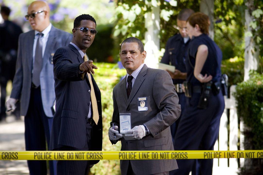 David (Corey Reynolds, l.) und Julio (Raymond Cruz, r.) werden zu einem Tatort gerufen, bei dem ein 16-jähriger Junge vor seinem Haus erschossen wur... - Bildquelle: Warner Brothers