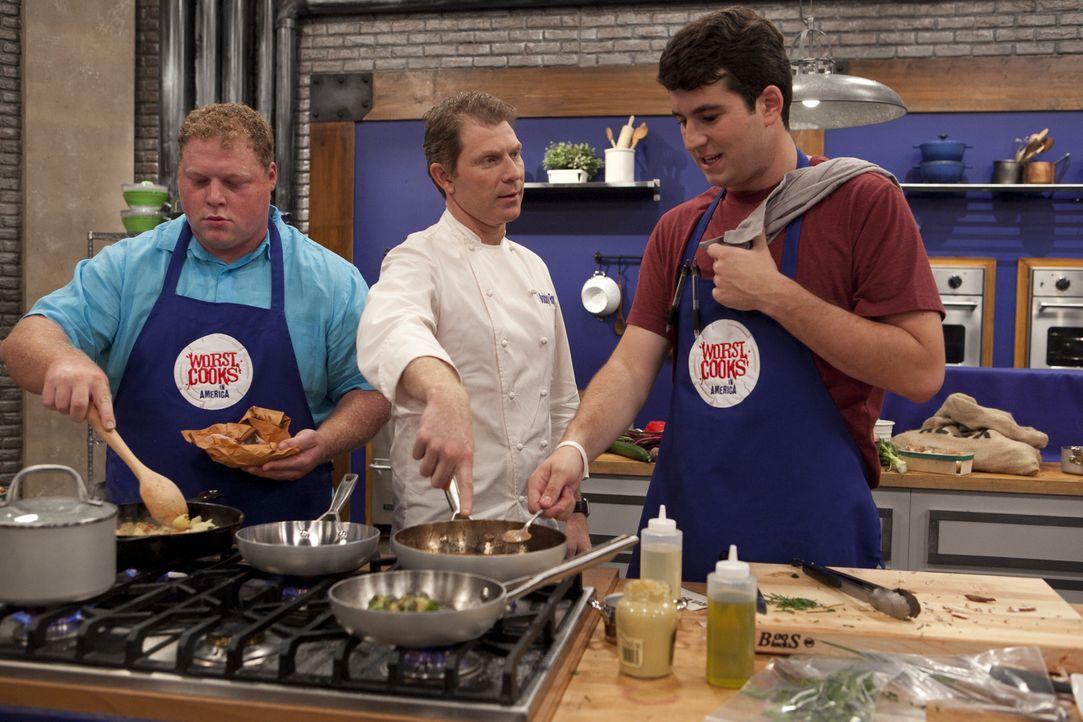 Koch Bobby Flay (M.) ist gespannt, wie sich seine beiden Rekruten Big Mike (l.) und Alex (r.) bei der ersten Challenge schlagen ... - Bildquelle: David Lang 2012, Television Food Network, G.P.