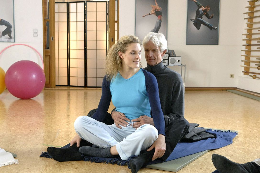 Robert (Mathieu Carrière, r.) nimmt zu Majas (Barbara Lanz, l.) Freude doch an dem Schwangerschaftskurs teil. - Bildquelle: Claudius Pflug Sat.1