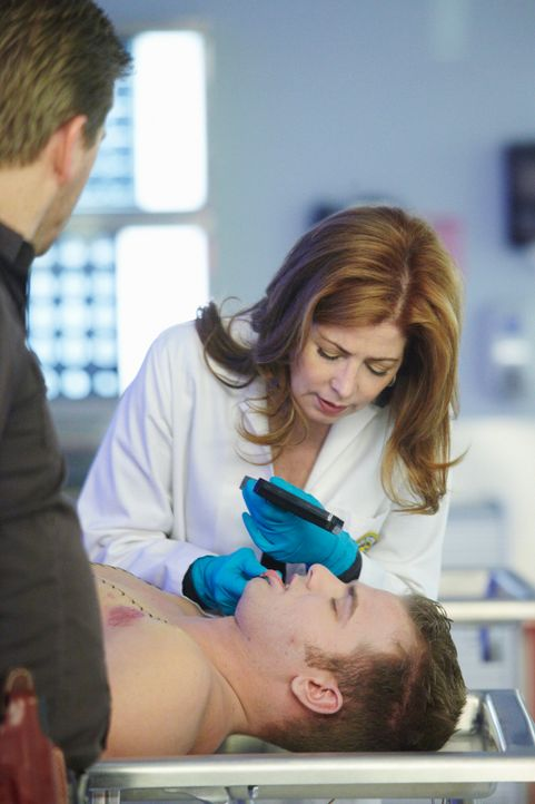 Nach einer Rave-Nacht wird der 17-jährige Jake (Evan Wadle, liegend) tot aufgefunden. Dr. Megan Hunt (Dana Delany, hinten) versucht, die Todesursach... - Bildquelle: 2010 American Broadcasting Companies, Inc. All rights reserved.