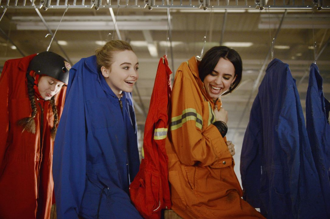 Eine Nacht mit wahrlich verrückten Abenteuern wartet auf Jenny (Sabrina Carpenter, M.), Lola (Sofia Carson, r.) und AJ (Madison Horcher, l.) ... - Bildquelle: Ed Araquel 2015 Disney Enterprises, Inc. All Rights Reserved.