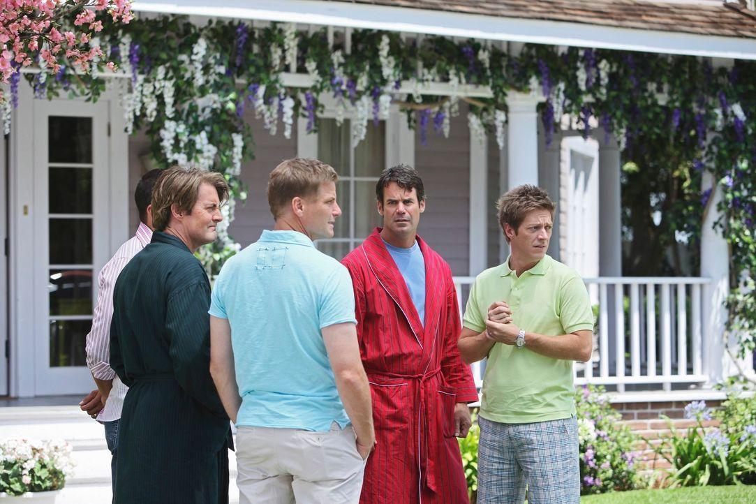 Während Julie ins Krankenhaus gebracht wird, machen sich Carlos (Ricardo Antonio Chavira, l.), Orson (Kyle MacLachlan, 2.v.l.), Tom (Doug Savant, M.... - Bildquelle: ABC Studios