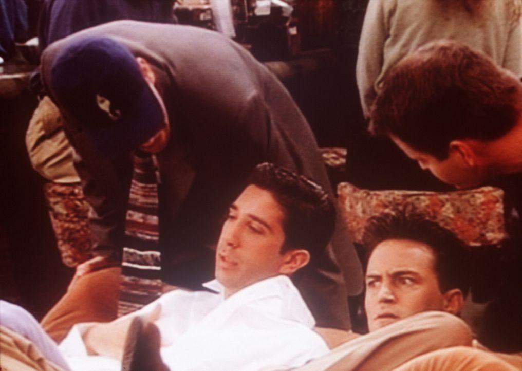 Ross (David Schwimmer, 2.v.l.) und Chandler (Matthew Perry, 2.v.r.) wollen zunächst einen Streit vermeiden. - Bildquelle: TM+  2000 WARNER BROS.