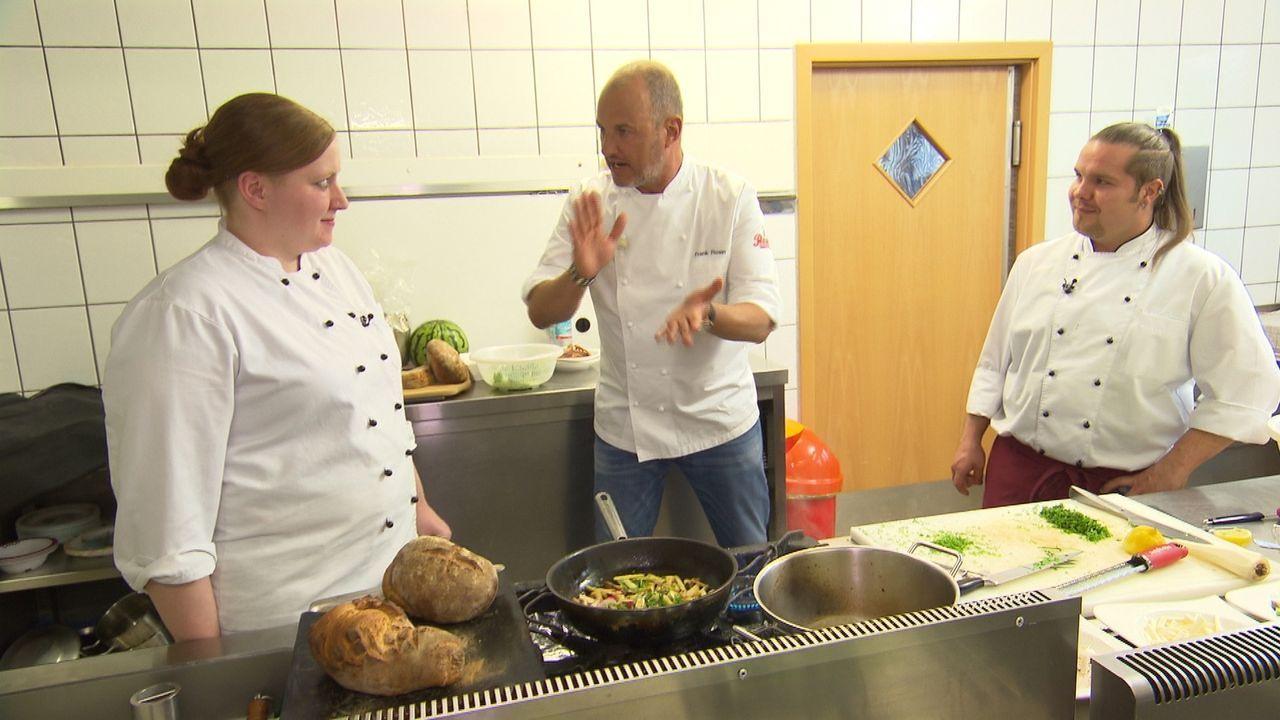 """Um das Gasthaus """"Kleineschle"""" zu retten, macht Frank Rosin (M.) klare Ansagen in der Küche. Doch wird dies helfen, damit mehr Gäste kommen? - Bildquelle: kabel eins"""