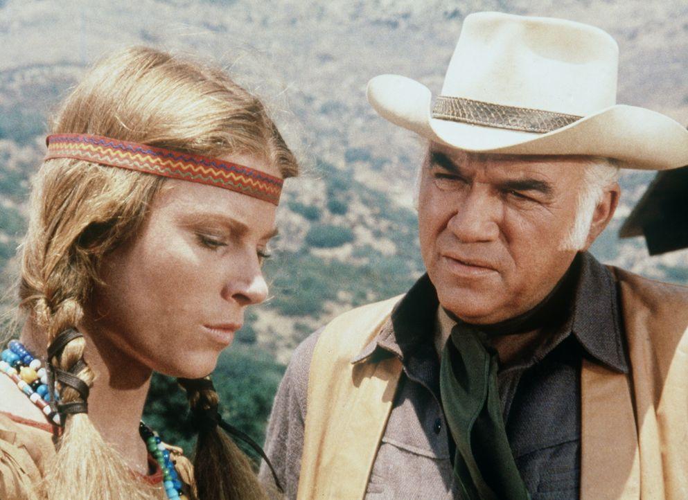Ben Cartwright (Lorne Greene, r.) will Alicia Purcell (Mariette Hartley, l.), die jahrelang unter Indianern gelebt hat, helfen, sich wieder in Virgi... - Bildquelle: Paramount Pictures