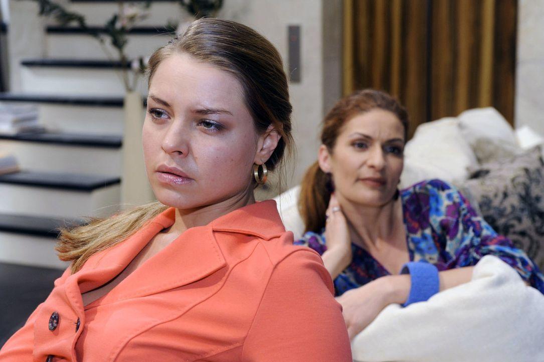 Natascha (Franziska Matthus, r.) gibt Katja (Karolina Lodyga, l.) den Rat, um Jonas zu kämpfen. - Bildquelle: Oliver Ziebe Sat.1