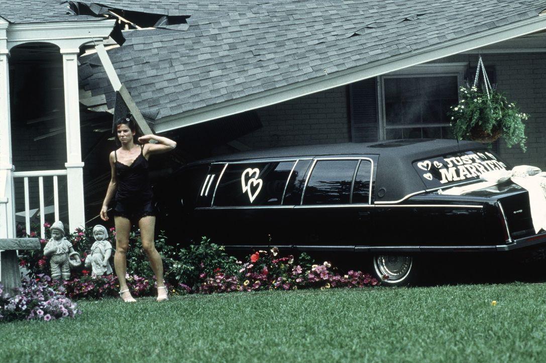 """Die """"geliehene"""" Limousine parkt die betrunkene Gwen (Sandra Bullock) unsanft auf der Veranda eines Reihenhäuschens. Nun gibt?s Ärger ... - Bildquelle: Columbia TriStar Film GmbH"""