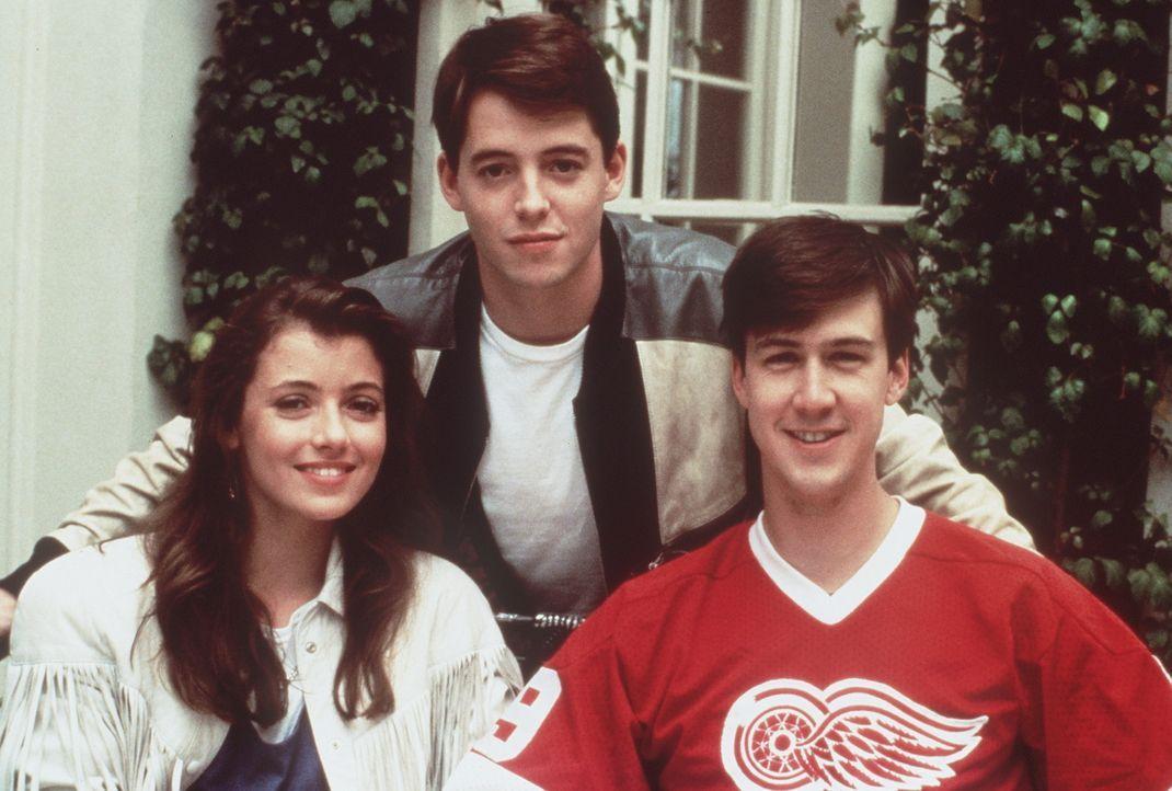Unterwegs in Papas Ferrari machen sich die drei Schulschwänzer Ferris (Matthew Broderick, M.), Sloane (Mia Sara, l.) und Cameron (Alan Ruck, r.) ei... - Bildquelle: Paramount Pictures